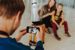 Mann macht Foto der Frau mit Sohn lizenzfreie stockbilder