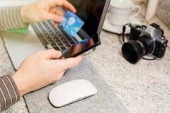 Mann macht Online-Bankings-Geschäft über Internet Lizenzfreie Stockbilder
