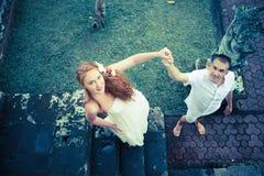 Mann macht seiner Freundin einen Antrag Stockfotos