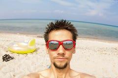 Mann macht selfie auf den Felsen durch das Meer Stockfoto