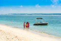 MANN, MALEDIVEN - 18. NOVEMBER 2016: Boot am Ufer eines sandigen Strandes, Malediven-Inseln Kopieren Sie Raum für Text Stockbilder