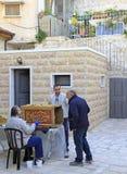 Mann malt dekorative Installation im Freien in Jerusalem Stockfotos