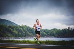 Mann Marathoner an ungefähr 7km des Abstandes lizenzfreie stockfotos