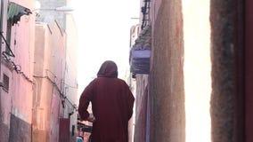 Mann in Medina von Marrakesch in der traditionellen Kaftanzeitlupe stock video
