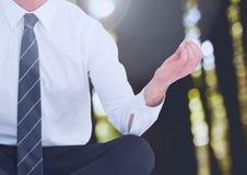 Mann-Meditieren ruhig im Holz stockfotos