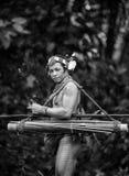 Mann Mentawai-Stamm im Dschungel Lizenzfreies Stockbild
