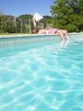 Mann-Messwert am Rand des Swimmingpools Lizenzfreies Stockbild