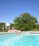 Mann-Messwert am Rand des Swimmingpools Lizenzfreies Stockfoto