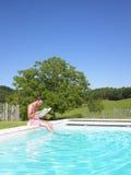 Mann-Messwert am Rand des Swimmingpools Stockfotografie