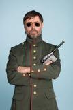 Mann-Militäroffizier mit einer Gewehr Stockfotos