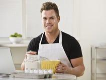 Mann-mischende Bestandteile in der Küche Stockfotografie