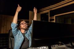 Mann an mischender Konsole im Musiktonstudio Stockfoto