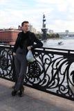Mann mit Äpfeln auf Brücke. Moskau Stockbild