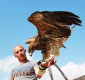Mann mit Adler Lizenzfreie Stockbilder