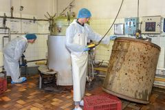 Mann mit altem Bottich in der Fabrik lizenzfreies stockfoto