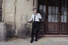 Mann mit altem Fahrrad Stockbild