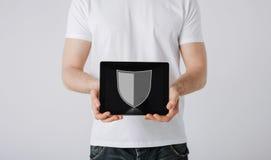 Mann mit Antivirusprogrammikone auf Tabletten-PC Lizenzfreie Stockfotografie