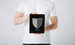 Mann mit Antivirusprogrammikone auf Tabletten-PC Stockfotografie