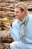 Mann mit Apfel lizenzfreies stockfoto