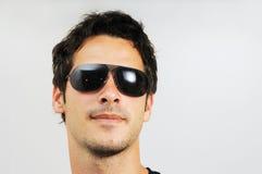 Mann mit Art und Weisesonnenbrillen Stockfotografie