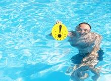 Mann mit Ausrufezeichen im Pool Stockbilder