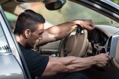 Mann mit Auto lizenzfreie stockbilder