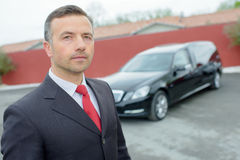 Mann mit Auto lizenzfreie stockfotografie