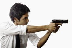 Mann mit automatischer Pistole stockfotos