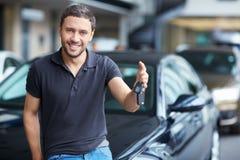 Mann mit Autotasten Stockfotos