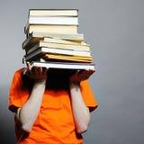 Mann mit Büchern. Stockbild