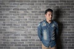 Mann mit Backsteinmauer Lizenzfreie Stockbilder