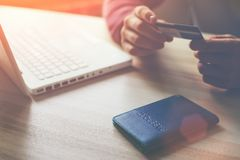 Mann mit Bankkarte und Laptop, der das Internet-Einkaufen macht Stockfoto
