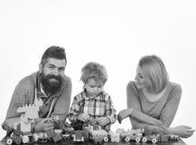 Mann mit Bart, Frau und kleiner Junge spielen auf weißem Hintergrund Eltern und Kind im Spielzimmer Kindergarten und Familie stockbild