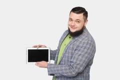 Mann mit Bart hält eine Tablette in der Hand Stockbild