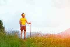 Mann mit Bart schaut beim Gehen auf den Weg im middl weg Lizenzfreies Stockfoto