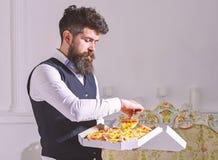 Mann mit Bart- und Schnurrbartgriffen lieferte Kasten mit geschmackvoller frischer heißer Pizza Pizzalieferungskonzept Macho im K lizenzfreie stockfotografie