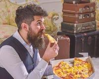 Mann mit Bart- und Schnurrbartgriffen lieferte Kasten mit geschmackvoller frischer heißer Pizza Pizzalieferungskonzept Macho im K stockfotos