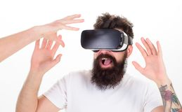 Mann mit Bart in VR-Gläsern, weißer Hintergrund Konzept der virtuellen Realität Moderne Technologien des Hippie-Gebrauches für Stockbilder