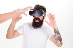 Mann mit Bart in VR-Gläsern, weißer Hintergrund Moderne Technologien des Hippie-Gebrauches für Unterhaltung Kerl mit dem Kopf ang Lizenzfreie Stockfotografie