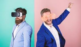 Mann mit Bart in VR-Gl?sern und Plastikzusatz im mit Luftschlitzen Kerl wechselwirkend in der virtuellen Realit?t Hippie-Erforsch lizenzfreie stockfotos