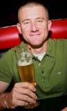 Mann mit Bier Stockbild