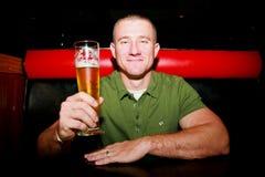Mann mit Bier Stockfotografie