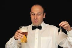 Mann mit Bier und Tasten stockfotos