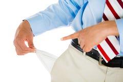 Mann mit Bindung, Khakis, Smokinghemd und dem Gurt, leere Tasche ausziehend stockfotografie