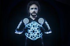 Mann mit blauen Neonlichtern, das zukünftige Kriegerskostüm, Fantasie s Stockbild