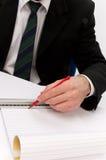 Mann mit Bleistift und Tabellierprogramm Stockfotos