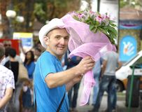 Mann mit Blumen Stockfotografie