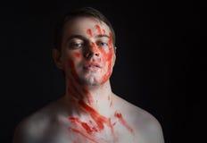 Mann mit Blut auf seinem Gesicht Stockfotos