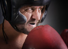 Mann mit Boxhandschuhen stockfotos