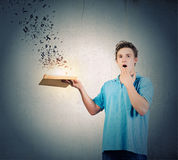 Mann mit Buch Stockfoto
